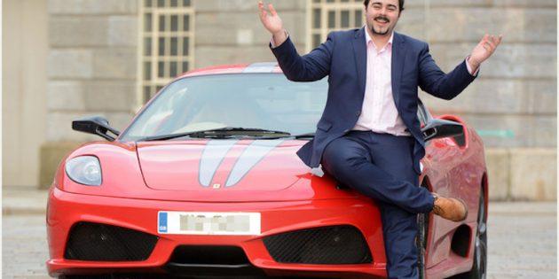 Trader Salaire Homme en costume sur une voiture de luxe sportive rouge
